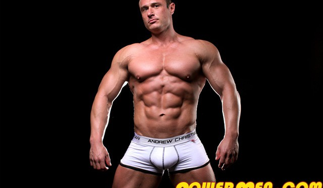 Muscle hunk Carl Payne at Powermen